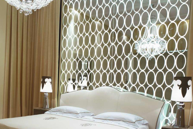 Стеклянные панели в интерьере гостиной неоклассика