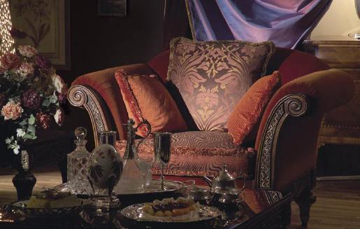 Модное бардовое кресло производтсва